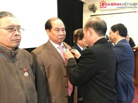 Quận ủy Cầu Giấy, Hà Nội trao tặng huy hiệu 50 năm tuổi đảng cho đồng chí Nguyễn Thiện Trưởng