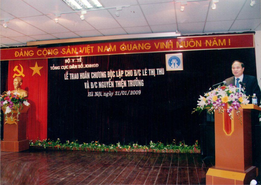 Thứ trưởng Bộ Y Tế Nguyễn Thiện Trưởng phát biểu cảm tưởng tại buổi lễ nhận huân chương độc lập của chính mình