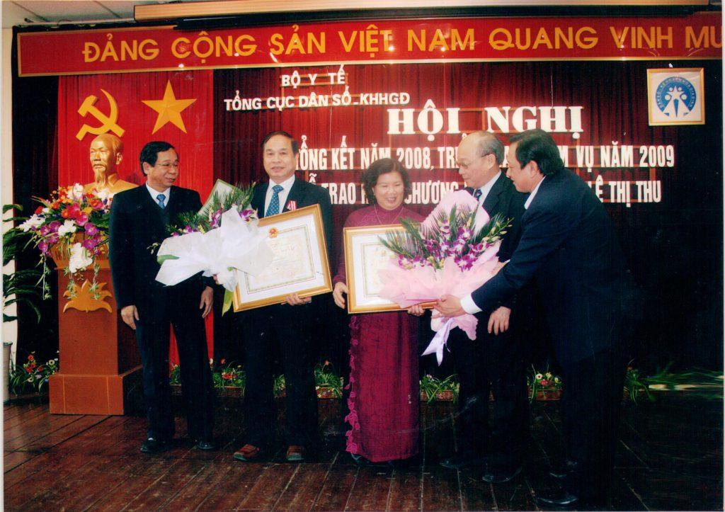 Bộ trưởng Bộ Y Tế Nguyễn Quốc Triệu, bà Lê Thị Thu và thứ trưởng Bộ Y Tế Nguyễn Thiện Trưởng tại buổi lễ nhân Huân Chương Độc Lập