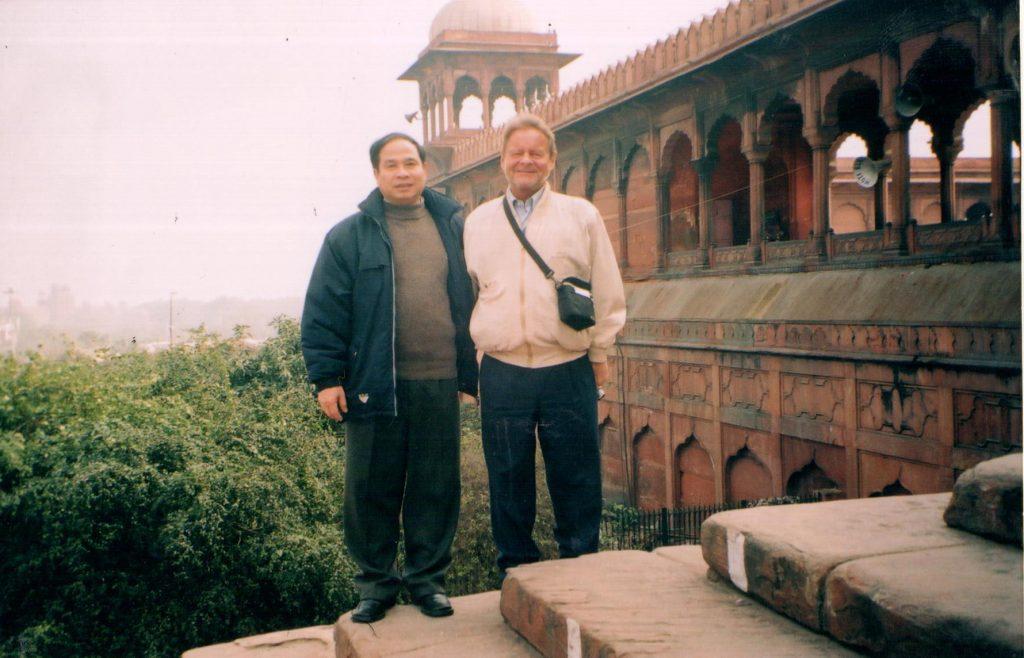 Thứ trưởng chụp ảnh lưu niệm tại 1 ngôi đền hồi giáo tại Ấn Độ