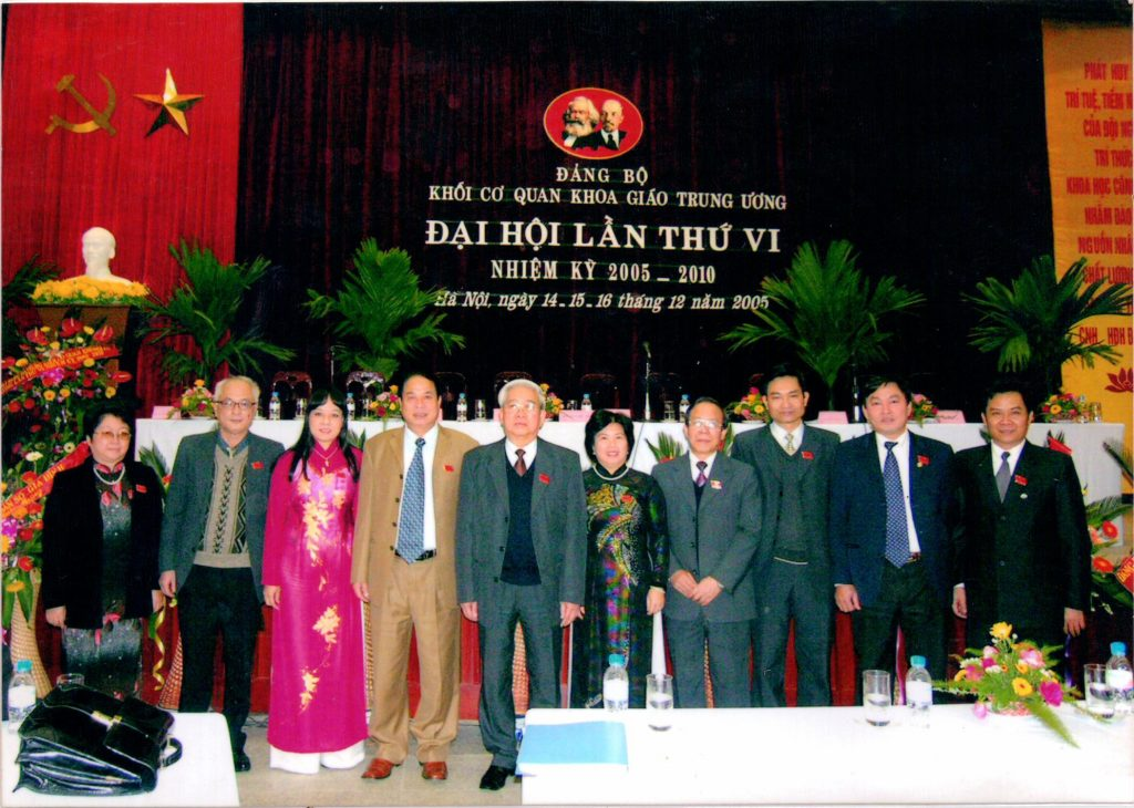Thứ trưởng Bộ Y Tế Nguyễn Thiện Trưởng chụp ảnh lưu niệm với các cán bộ khoa giáo trung ương tại đại hội