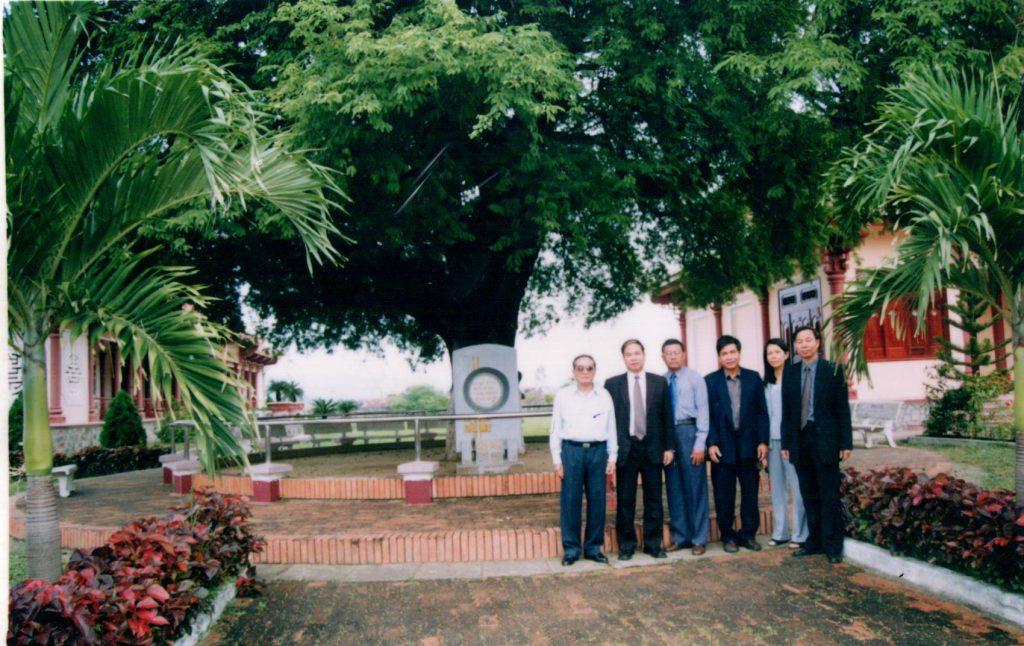 Thứ trưởng Bộ Y Tế Nguyễn Thiện Trưởng và các cán bộ Khoa giáo Trung ương chụp ảnh tại khuôn viên đại hội