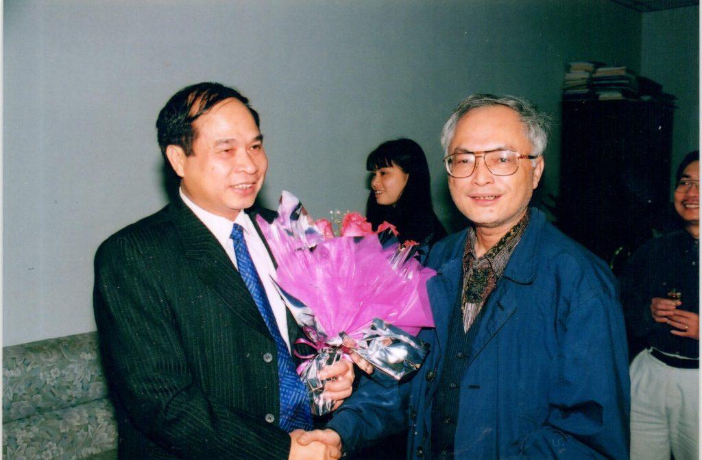 Phó chủ nhiệm ủy ban dân số, gia đình và trẻ em Việt Nam nhận bó hoa chúc mừng từ đại hội