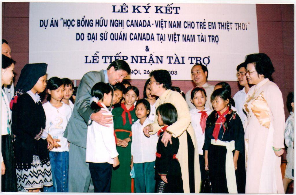 Các trẻ em thiệt thòi hân hoan nhận học bổng của Đại sứ quán Canada tại Việt Nam