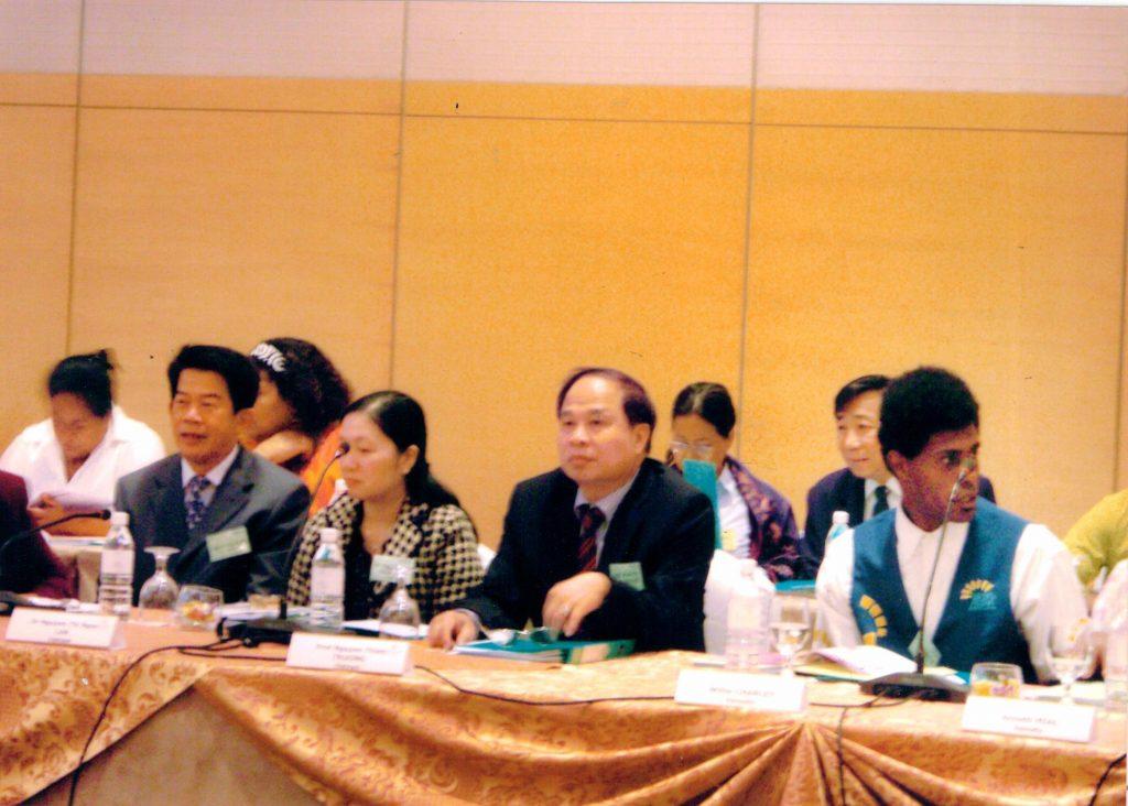 Thứ trưởng bộ y tế Nguyễn Thiện Trưởng, đại diện phía Việt Nam bên bàn hội nghị
