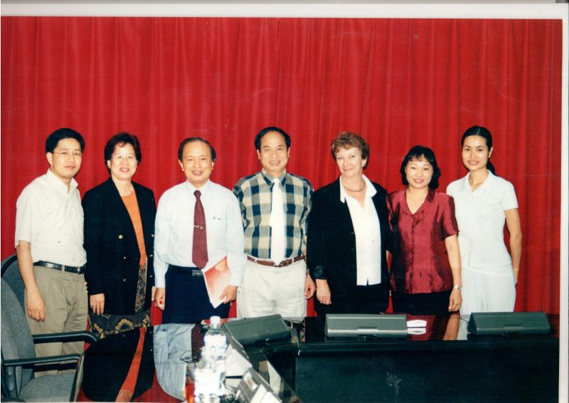 Tiến sĩ Nguyễn Thiện Trưởng, giáo sư Phạm Song chụp ảnh lưu niệm với cán bộ y tế của Neu Zealand trong chương trình hợp tác chăm sóc sức khỏe cộng đồng của 2 nước