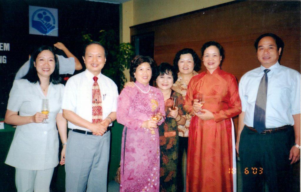 Các lãnh đạo của Ủy ban dân số, gia đình và trẻ em Việt Nam chụp ảnh lưu niêm tại buổi lễ ra mắt