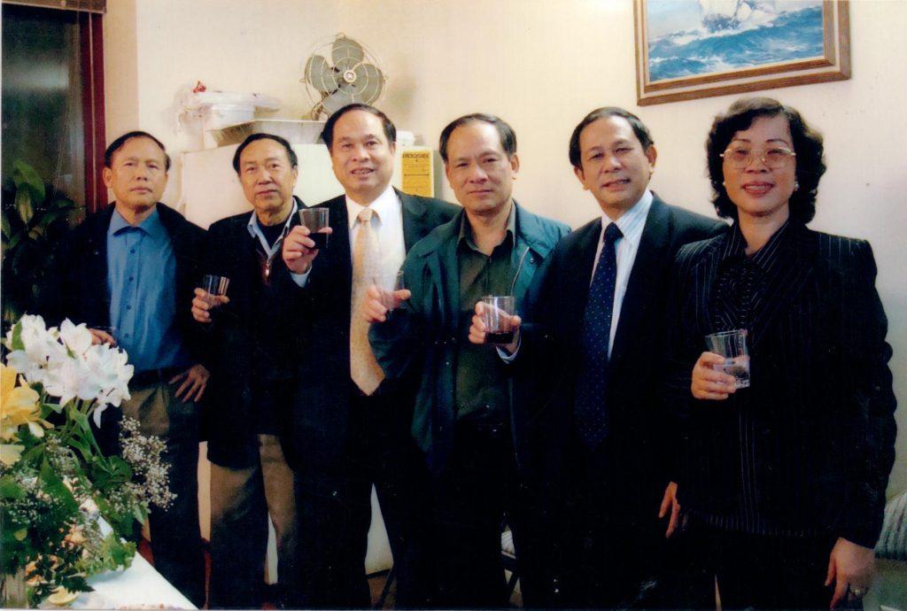 Thứ trưởng Nguyễn Thiện Trưởng và thứ trưởng bộ Ngoại Giao Lê Lương Minh chụp ảnh lưu niệm tại đại sứ quán Việt Nam tại New York