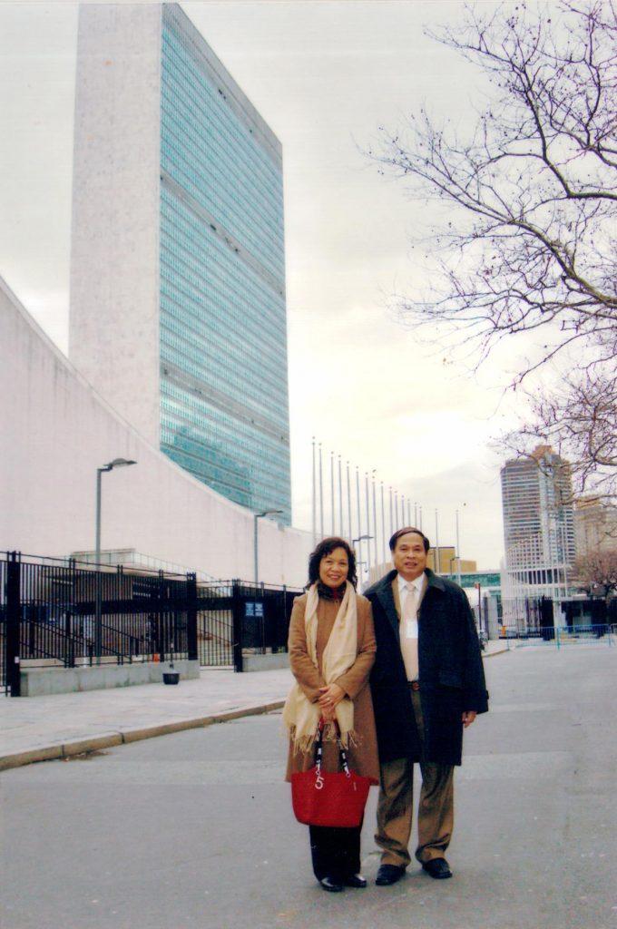 Thứ trưởng Nguyễn Thiện Trưởng chụp ảnh lưu niệm tại New York