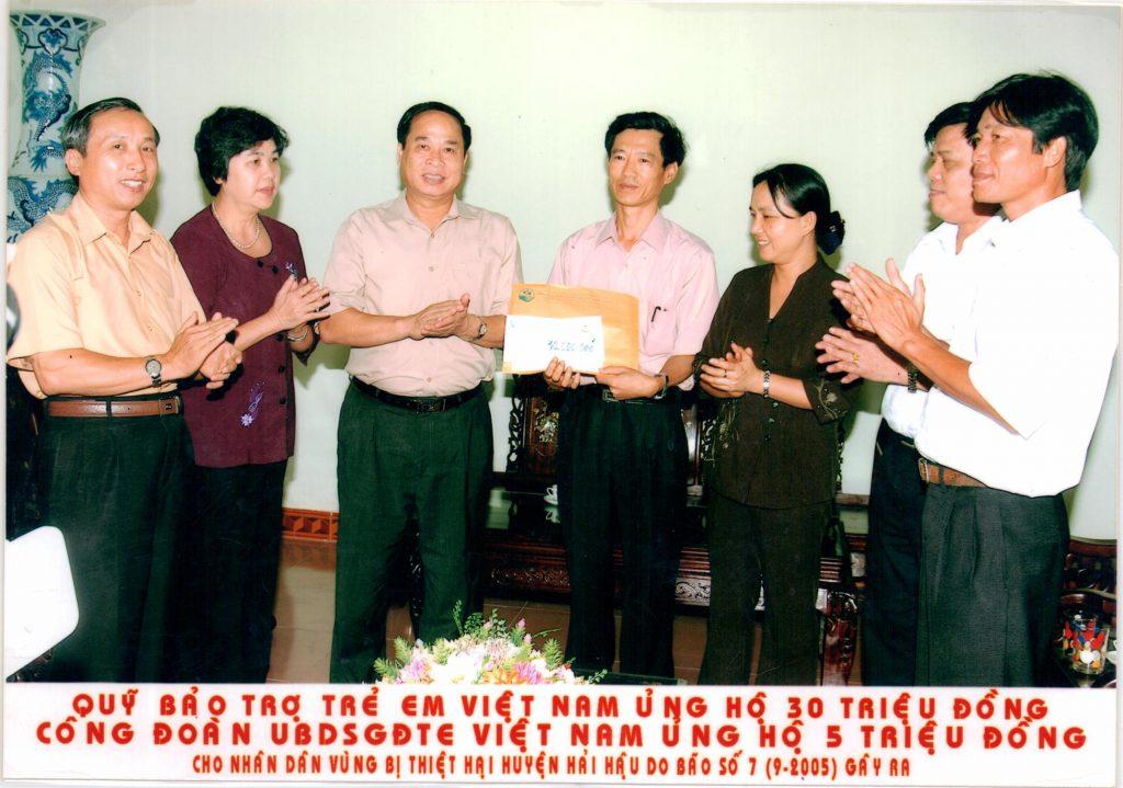 Ủng hộ vũng bão lũ và các hoạt động nhân đạo khác là hoạt động thường xuyên của ủy ban dân số gia đình và trẻ em Việt Nam